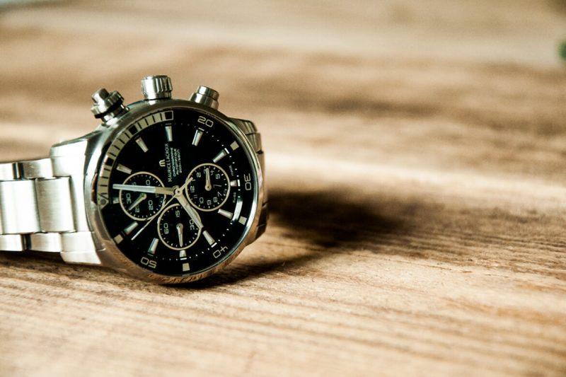 Männer, Armbanduhren und die Zeit anhalten