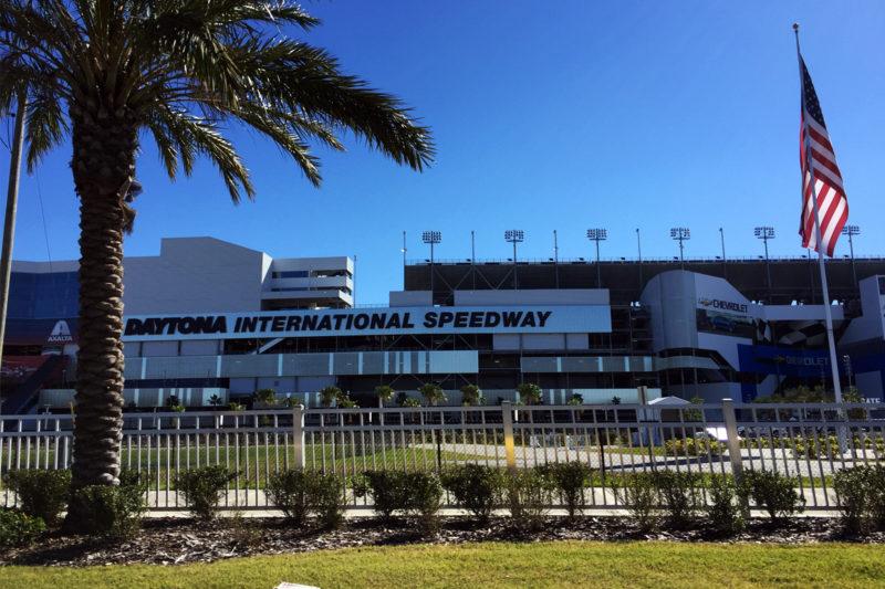 Daytona Speedway – Autos, Asphalt, PS, Schweiß und der Geruch nach Gummi
